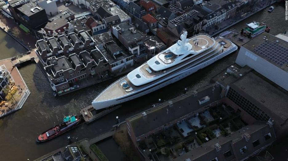 السفينة التي تعبر لا تعود.. يخت عملاق يحاول المرور عبر قناة مائية ضيقة