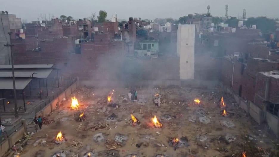 """مقاطع """"درون"""" تظهر حرق جثث بشكل جماعي في الهند بسبب كورونا.. شاهد"""