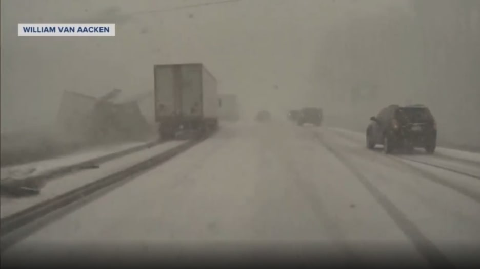 كاميرا ترصد لحظة وقوع حادث سير مروع بين عشرات السيارات على طريق ثلجي