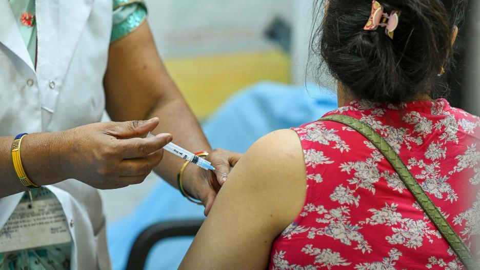 ماذا نعرف عن سلالة فيروس كورونا المنتشرة في الهند؟ وهل تحمي اللقاحات منها؟