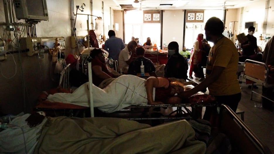 """في قلب المعاناة..داخل مستشفى """"مكتظ"""" في الهند لمعالجة مرضى فيروس كورونا"""