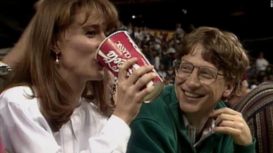 انفصلا بعد 27 عاماً.. فيديو من 1993 يظهر بيل وميليندا غيتس يتشاركان مشروباً أثناء الخطوبة