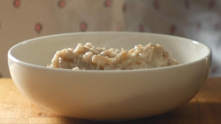 لا تفارق وجبة الهريس الشهية الموائد بسلطنة عُمان برمضان