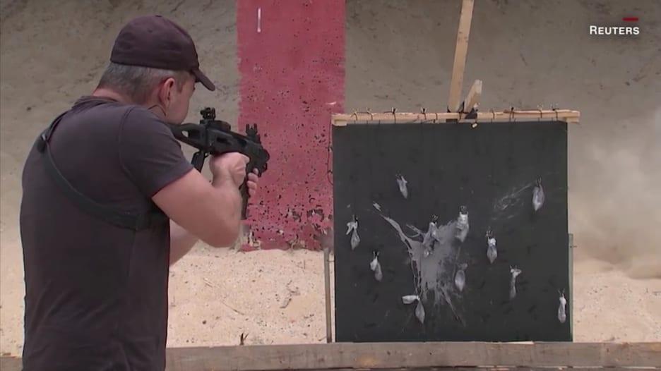 قناص سابق بالجيش الإسرائيلي يستبدل فرشاة الرسم ببنادق هجومية لخلق قطع فنية