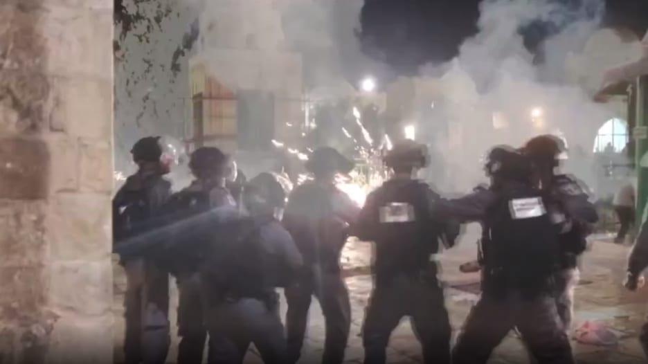 شاهد.. اشتباكات بين فلسطينيين والشرطة الإسرائيلية في ساحة المسجد الأقصى