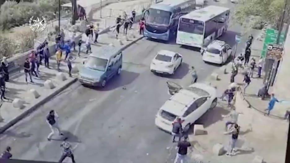 شاهد.. انحراف سيارة تعرضت لإلقاء حجارة وتضرب مشاة في القدس