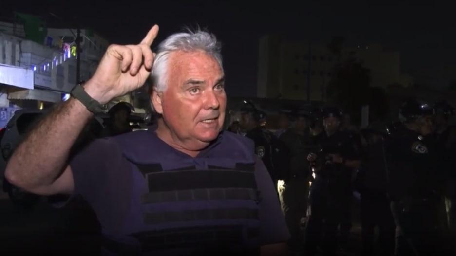 شاهد رد فعل مراسل CNN على الهواء لحظة هجوم صاروخي من غزة
