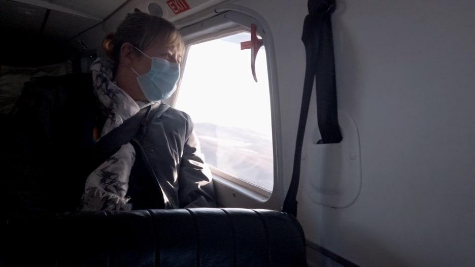 كاميرا CNN على متن مروحية مع ممرضة في مهمة لتطعيم جزيرة معزولة بأكملها