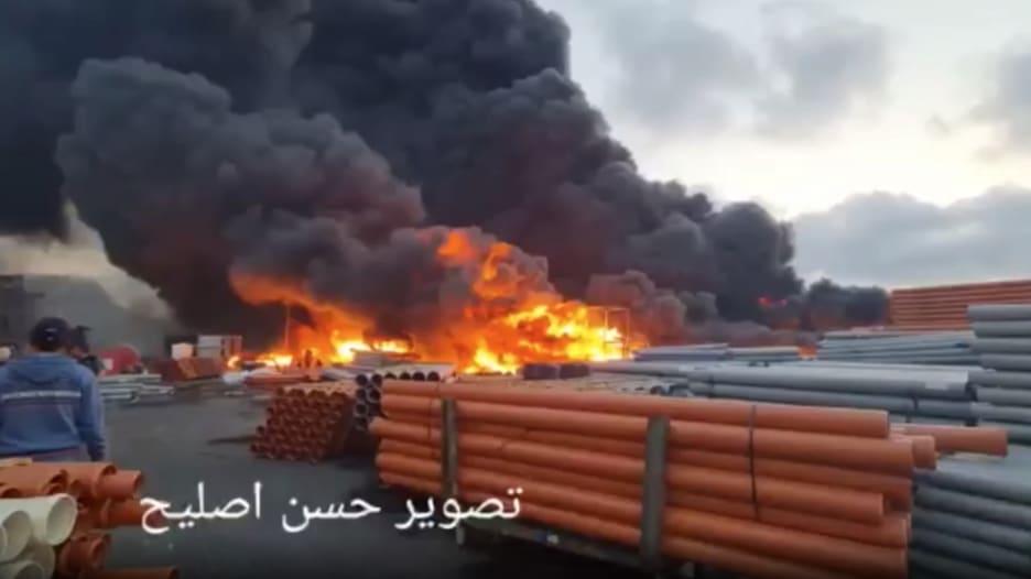 شاهد لحظة اندلاع حريق هائل بمصنع بلاستيك في غزة جراء قصف إسرائيلي