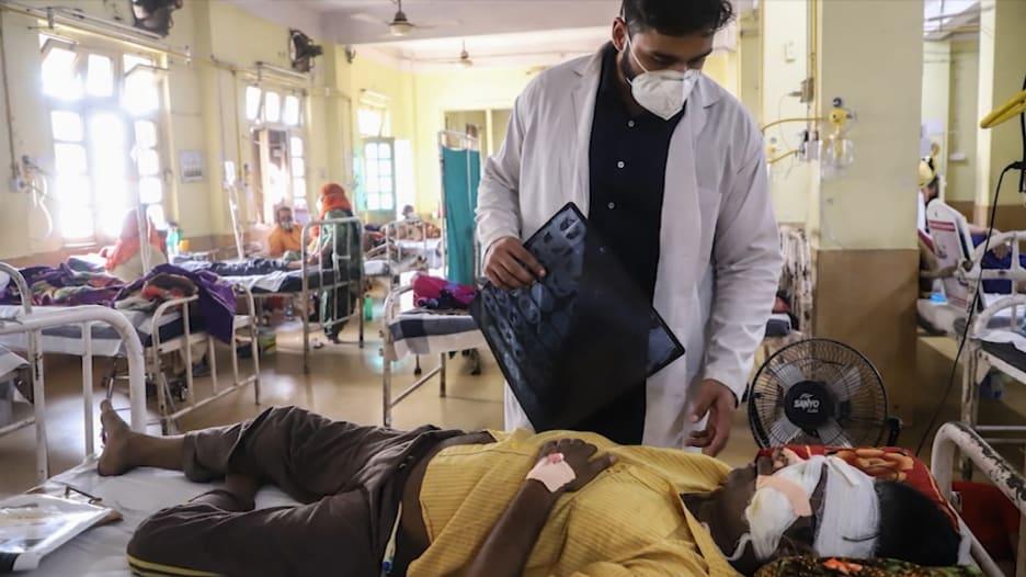 مريض في الهند يفقد جزءاً من فكه بسبب مرض الفطر الأسود.. والأدوية غير متوفرة