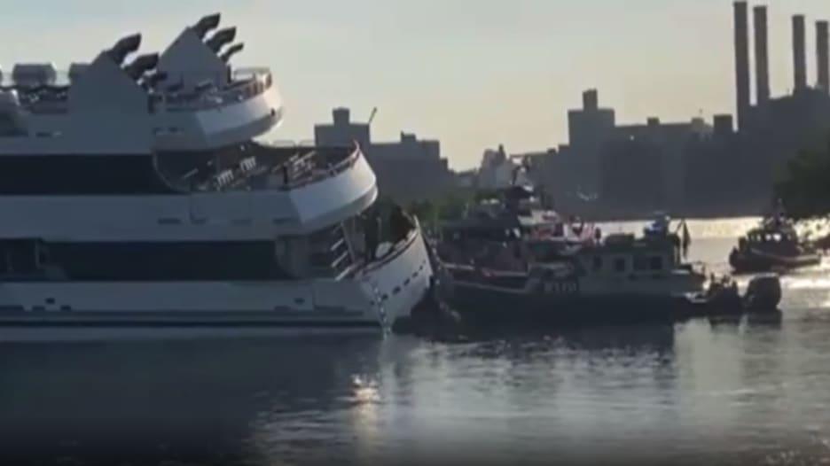 شاهد.. لحظة جنوح سفينة ضخمة على متنها 125 راكبًا