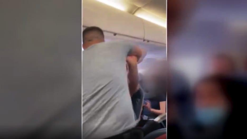 شاهد.. لحظة اندلاع عراك عنيف على متن طائرة ركاب أمريكية