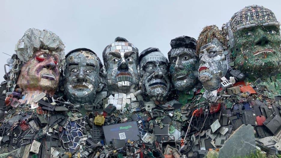 تمثال من نفايات إلكترونية يصوّر قادة مجموعة السبع بالقرب من موقع القمة