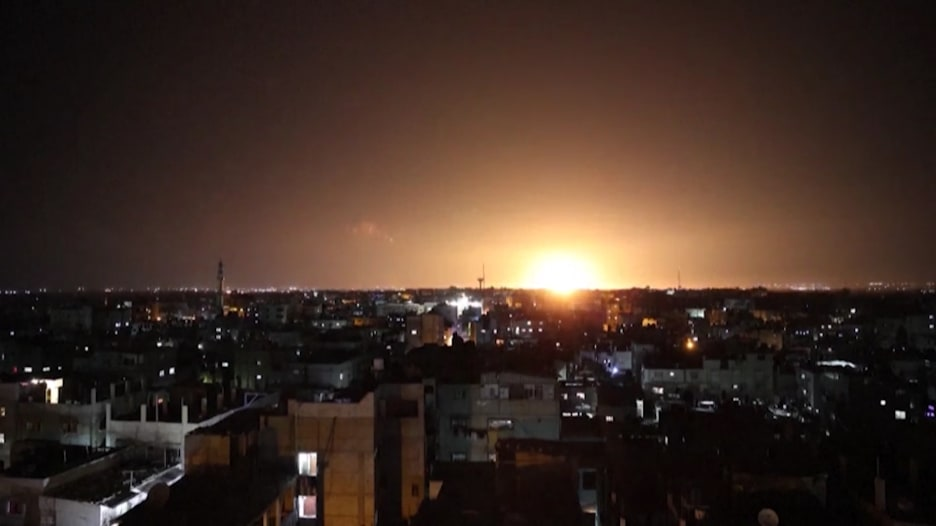 الجيش الإسرائيلي يقصف أهدافا بغزة ردا على بالونات حارقة بأعقاب مسيرة الأعلام بالقدس