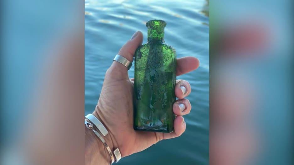 شاهد.. امرأة تعثر على رسالة داخل زجاجة عمرها 95 عامًا