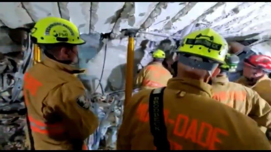 فيديو يظهر عمل فرق الإنقاذ للعثور على ناجين انهيار مبنى في فلوريدا