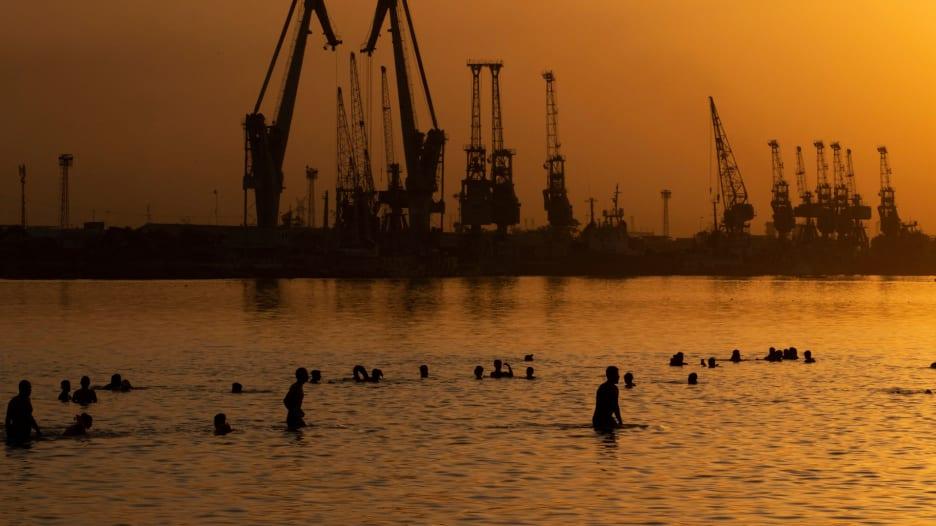 ارتفاعات قياسية للحرارة في الكويت.. وسكان البصرة يهربون إلى الشواطئ