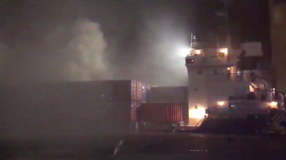شاهد.. الدفاع المدني في دبي يحاول إخماد حريق نتج عن انفجار بميناء جبل علي
