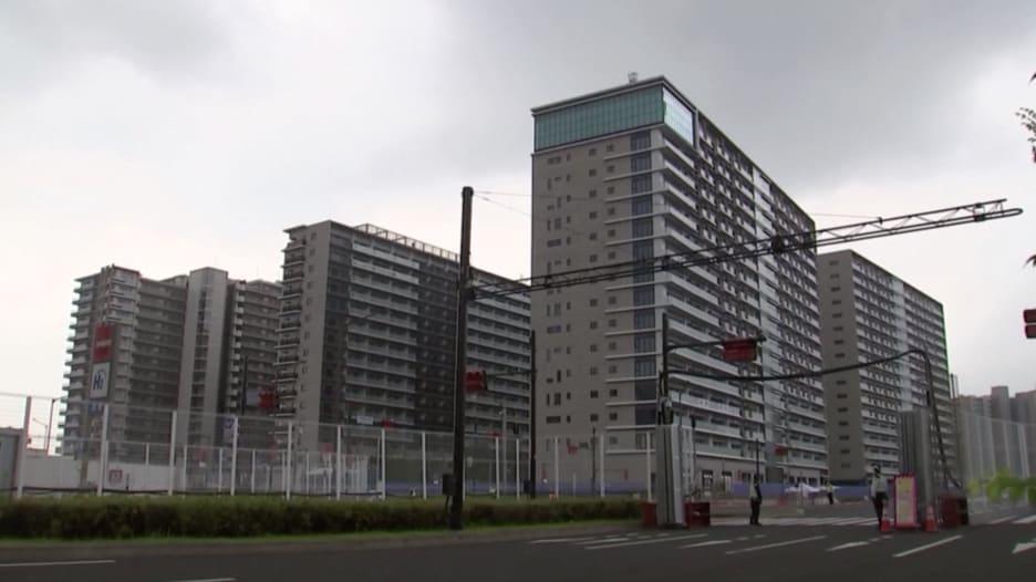 من دون حفل أو تغطية عن قرب من الرياضيين.. افتتاح القرية الأولمبية في طوكيو