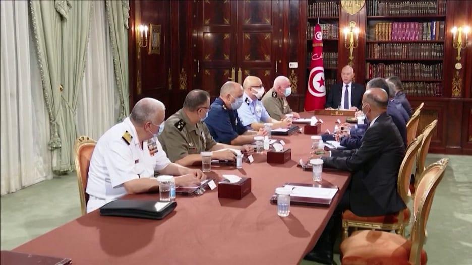 وصف بالانقلاب.. قيس سعيد يقيل رئيس وزراء تونس ويجمّد البرلمان