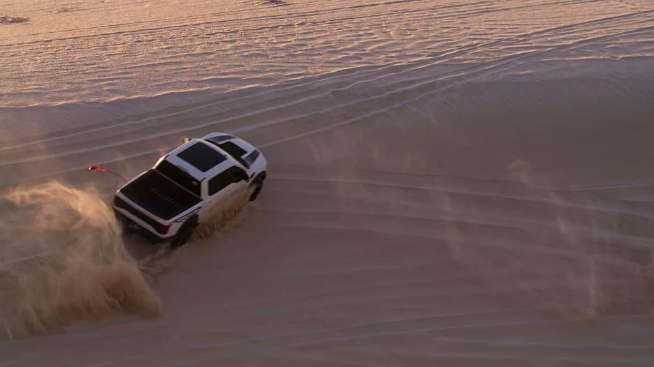 """""""أشعر أنني أطير"""".. هذا ما تفعله القيادة على الكثبان الرملية في صحراء قطر"""
