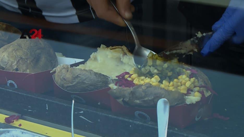"""وجبة """"الكومبير"""" في تركيا.. لماذا يتهافت السياح على هذا الطبق التقليدي في اسطنبول؟"""