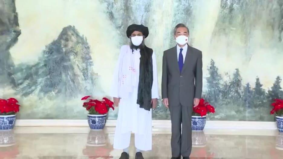 وزير الخارجية الصيني يلتقي قادة طالبان ويدعو إلى السلام