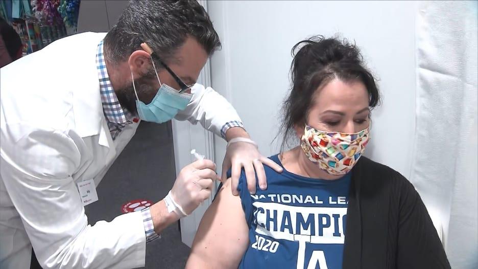 تظن أن الإصابة بكورونا سابقا تحميك؟ إليك أهمية تلقي اللقاح