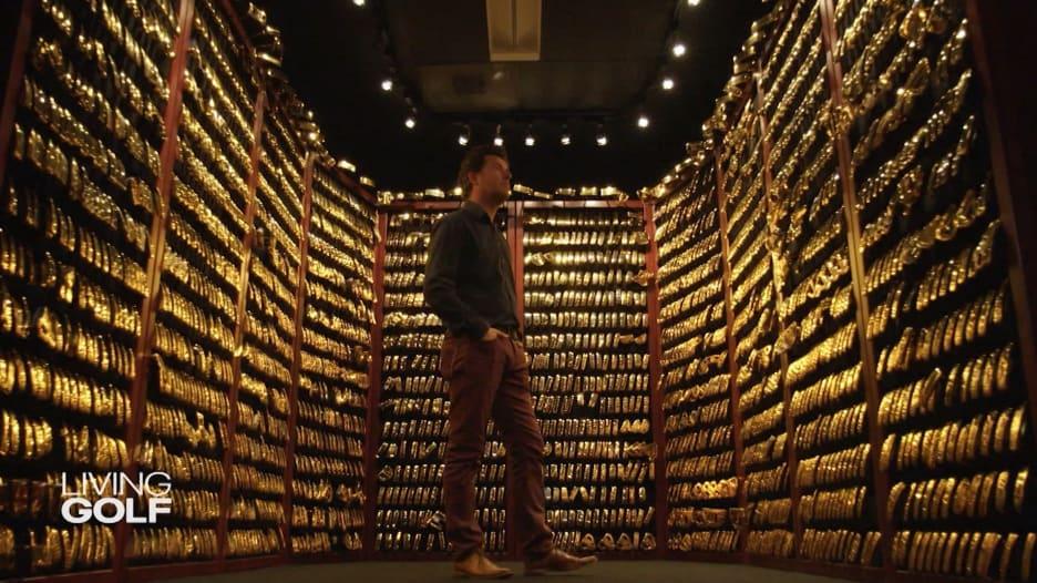داخل غرفة مليئة بمضارب الغولف المطلية بالذهب.. ما قصتها؟