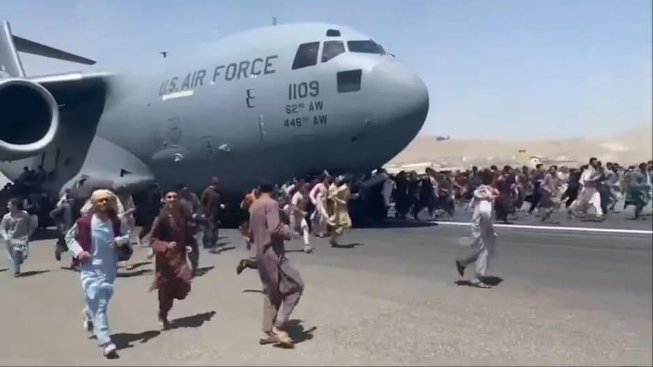 أشخاص يتشبثون بطائرات أمريكية تقلع من مطار كابول