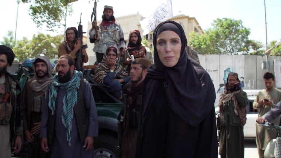 مراسلة CNN تنقل وضع الحياة داخل كابول.. شاهد كيف تعامل معها مقاتلو طالبان