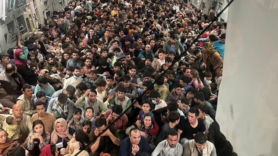 حملت 640 شخصًا.. إليك قصة صورة طائرة الإجلاء الصادمة من أفغانستان