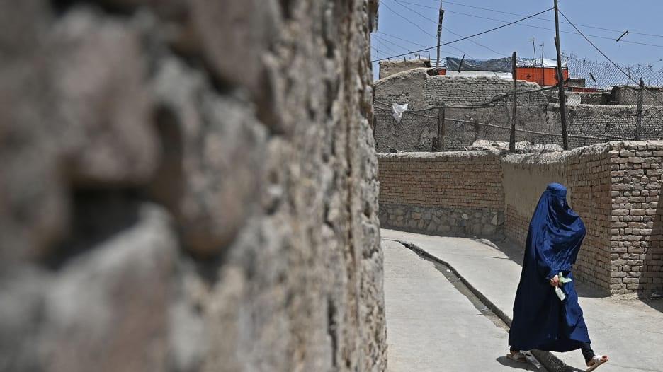 استمع إلى استغاثة سيدة أفغانية يائسة مع هجوم طالبان عليهم في كابول