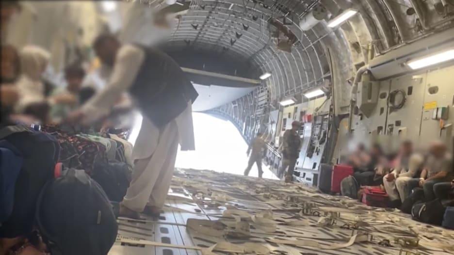 لحظة صعود مواطنين أفغان على متن طائرة قبيل مغادرتها مطار كابول
