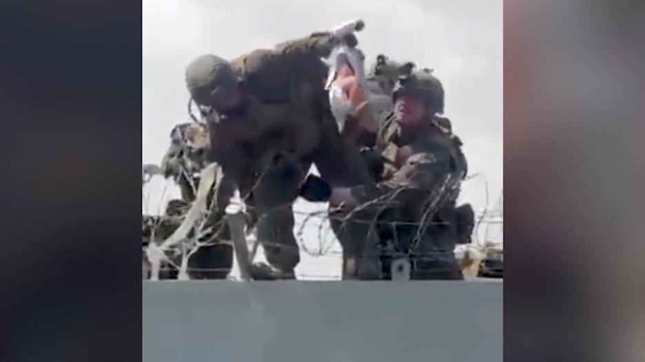 تقاذفوه فوق أسلاك شائكة.. هذه قصة الرضيع الأفغاني الذي سُلِّم إلى جنود أمريكيين بمطار كابول