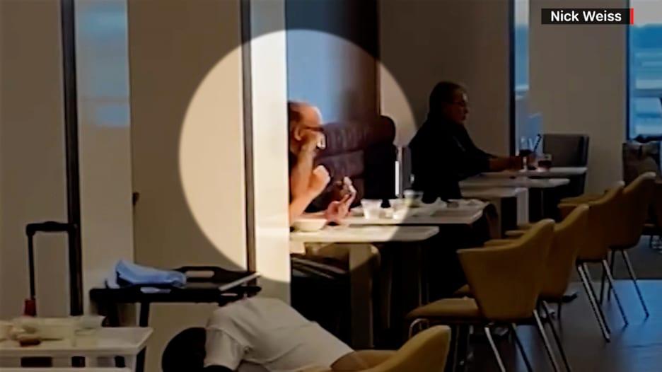 أثار ردود فعل متفاوتة.. محامي ترامب السابق يحلق ذقنه في صالة تناول الطعام بمطار جون كينيدي