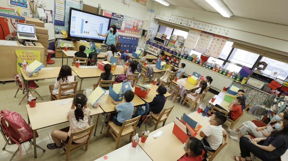 معلمة تصيب 12 طالبًا بفيروس كورونا.. تقرير جديد من مركز السيطرة على الأمراض يوضح سهولة وسرعة انتشار الفيروس