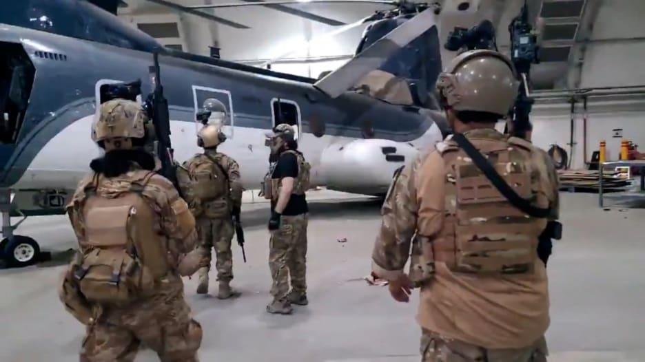 شاهد مقطع فيديو لمقاتلي طالبان وهم يتفحصون مروحيات عسكرية أمريكية تركت وراءها