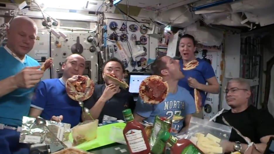 رائد فضاء يشارك فيديو لحفلة البيتزا أقيمت في محطة الفضاء الدولية
