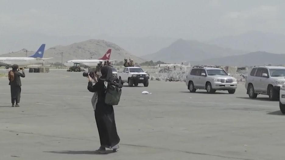 شاهد.. لحظة دخول طالبان مطار كابول