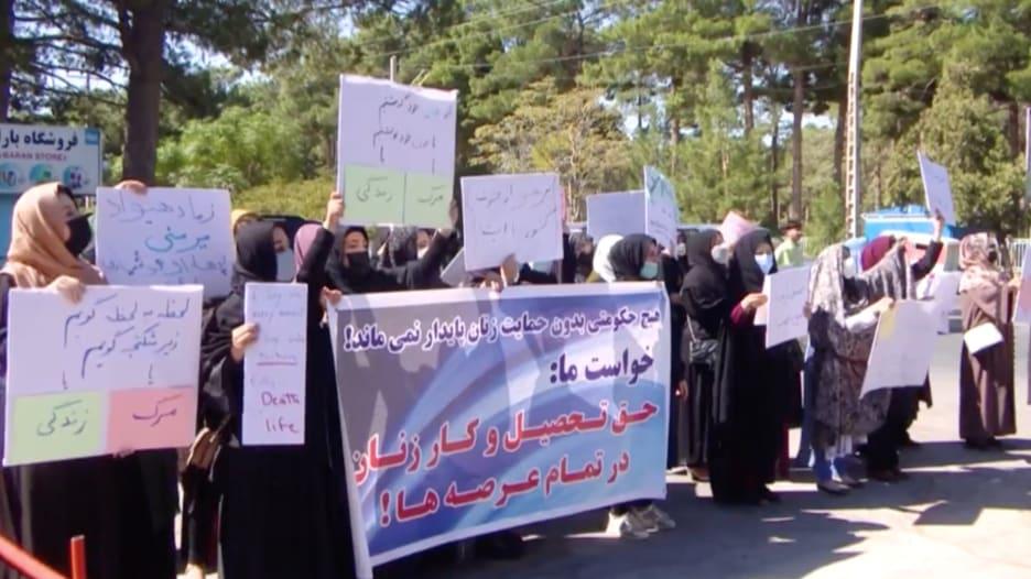 مظاهرة للنساء في أفغانستان للمطالبة بحقوقهن في التعليم والتمثيل في الحكومة