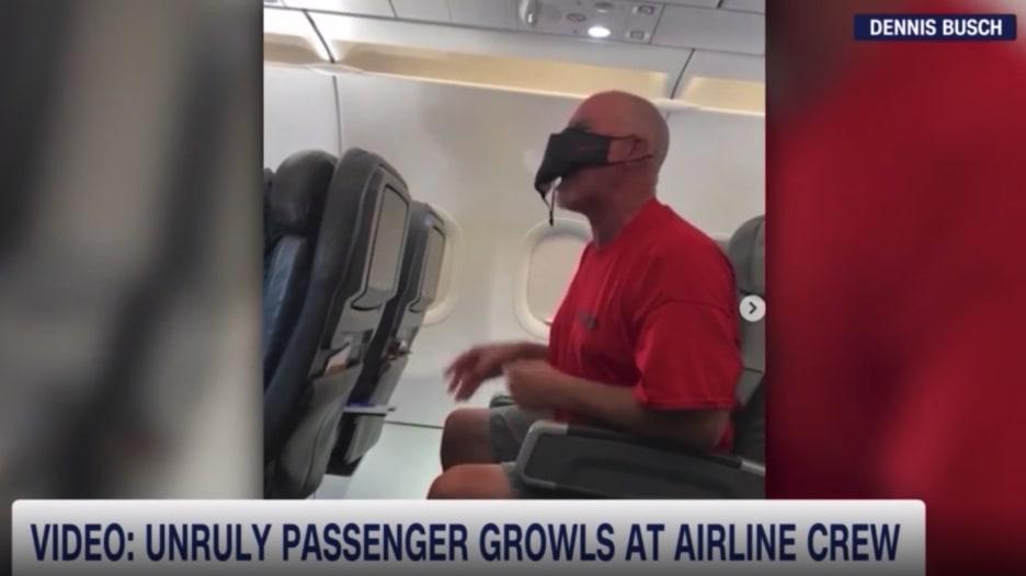 رجل يصدر صوتًا غريبًا على متن طائرة أمريكية.. لماذا فعل ذلك؟