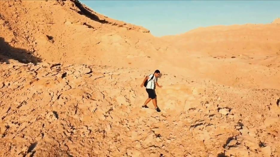 شاهد كيف تسلق مغامر إماراتي المسار شديد الانحدار لأعلى قمة في أبوظبي