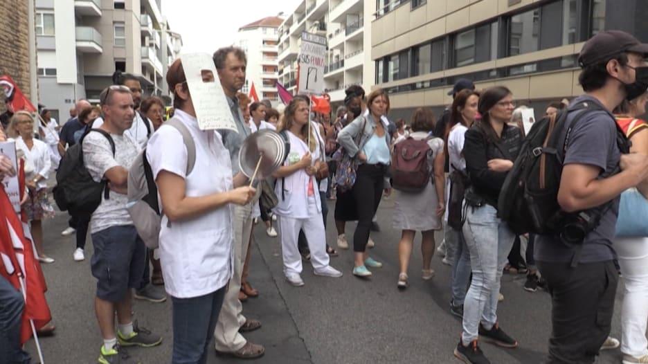 فرنسا توقف 3000 عامل بالرعاية الصحية عن العمل لعدم التطعيم ضد كورونا