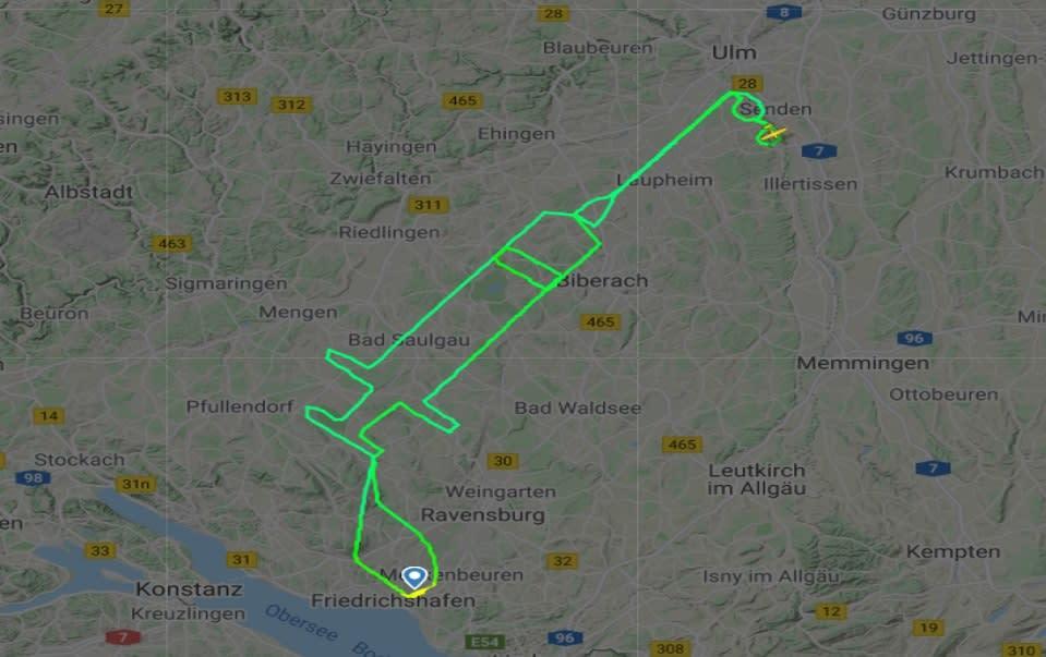 طيار ألماني يرسم مساراً جوياً على شكل حقنة في السماء بمناسبة إطلاق حملة لقاح كورونا