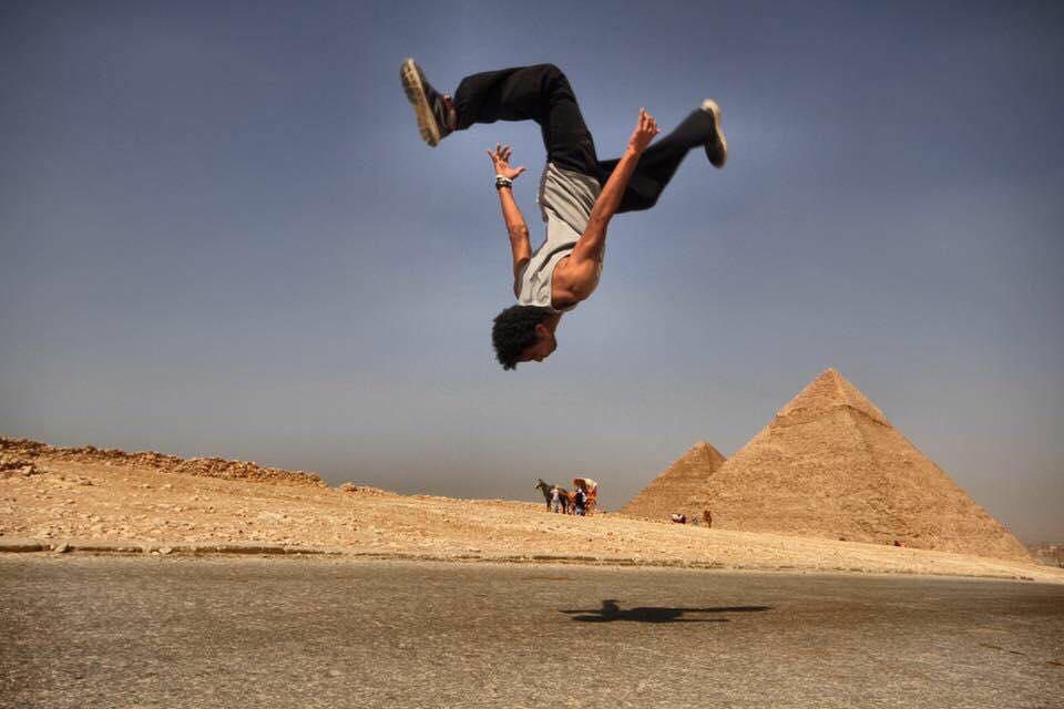 شباب يتشقلبون عند الأهرامات وفتيات تقفزن في شوارع مصر.. فمن هذه المجموعة؟