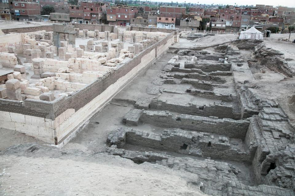مصر تعلن الكشف عن ودائع أساس ومخازن معبد رمسيس الثاني بمنطقة أبيدوس الأثرية