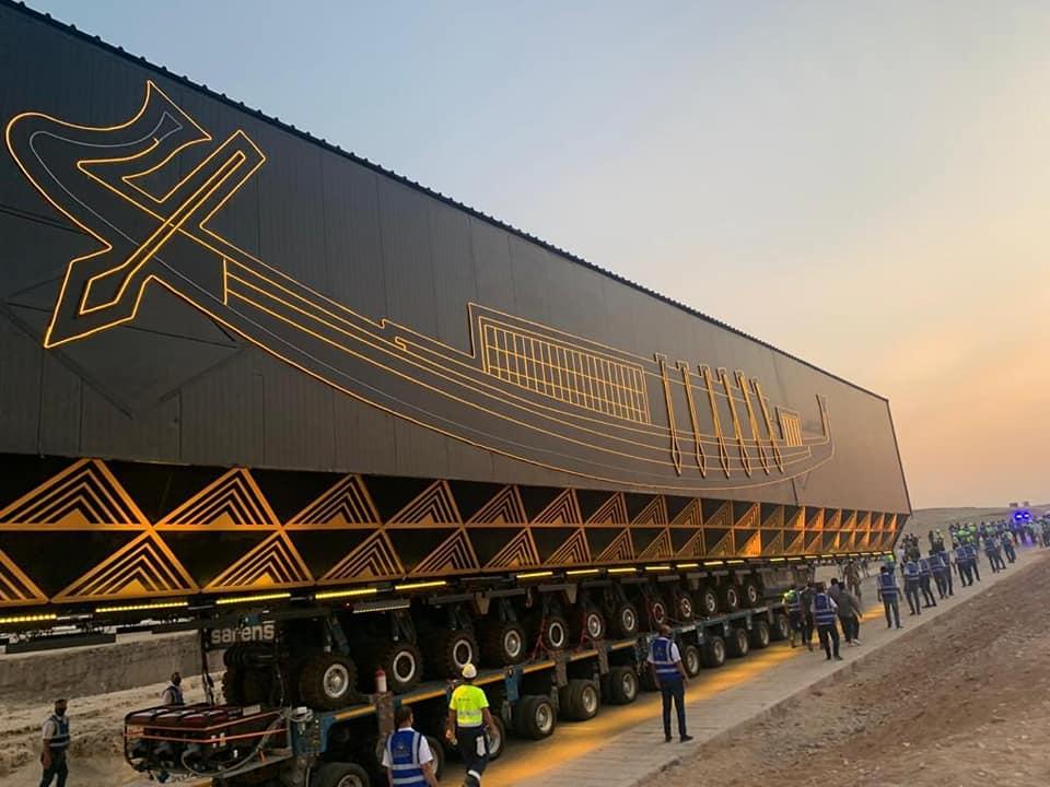 مركب الملك خوفو يصل إلى المتحف المصري الكبير
