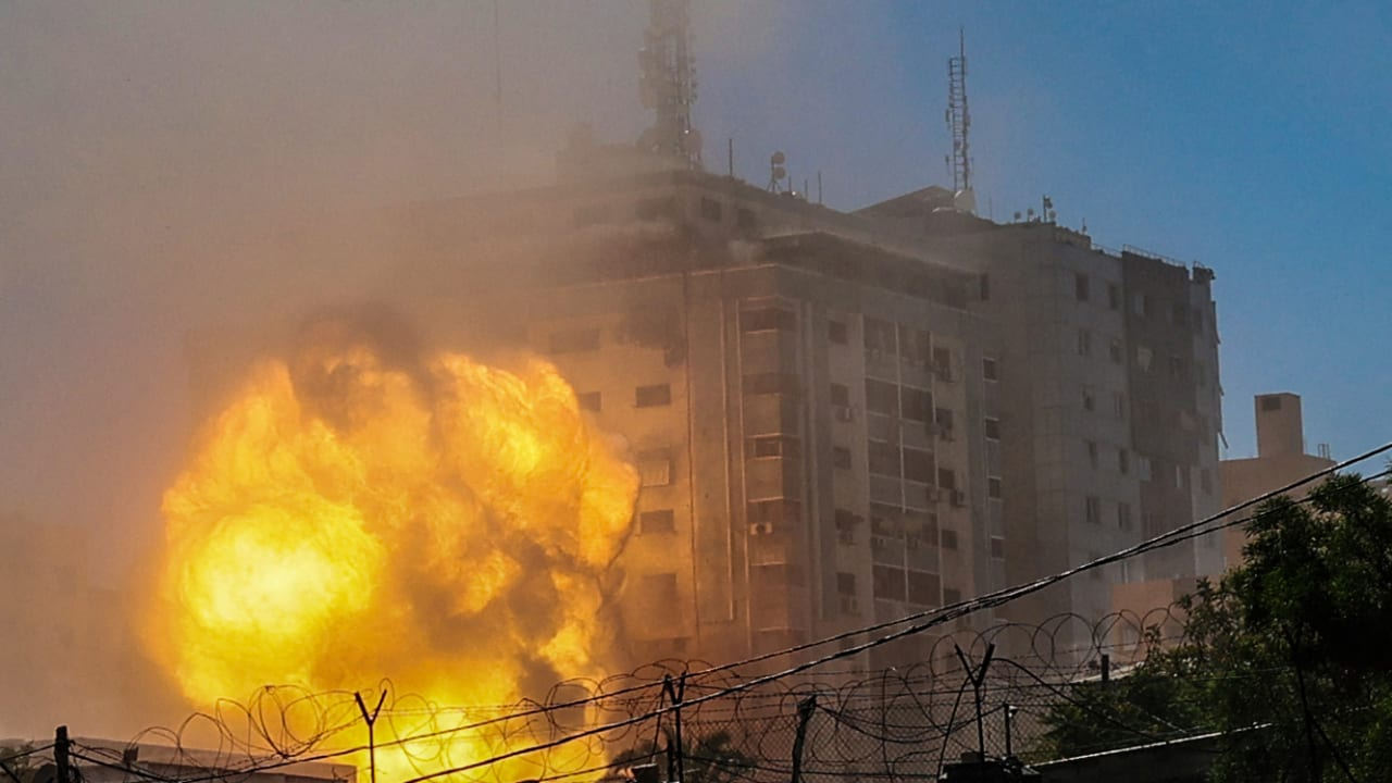 لحظة قصف مبنى الجلاء في غزة، حيث مقر وكالة أسوشيتدبرس وشبكة الجزيرة