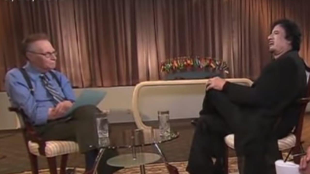 """لاري كينغ: القذافي """"أسوأ ضيف"""" التقيته.. ماذا حدث في مقابلته مع الزعيم الليبي؟"""